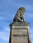 скульптура льва смотрит на швейцарский берег озера