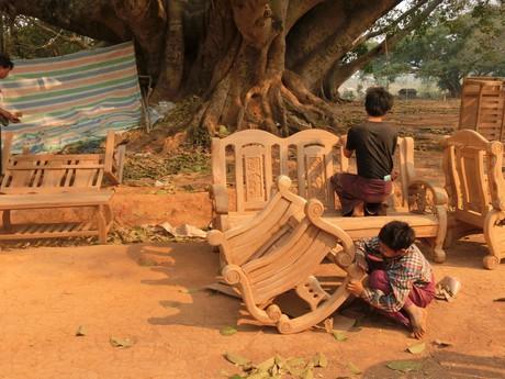 dole v dedine sa vyrába masívny nábytok