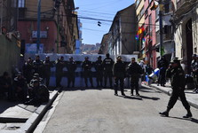 policajti strážia ulicu Junín v La Paz