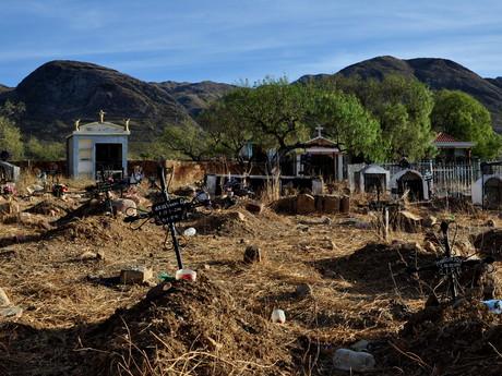 ladem ležící hřbitov za vesnici Torotoro