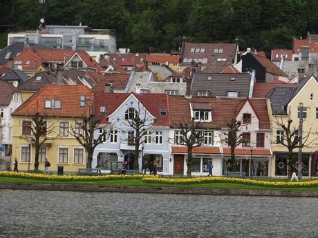 malebné domečky podél vodní plochy Lille Lungegårdsvan