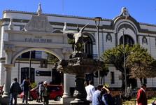 koloniálna budova (banka) na námestí 10 de Noviembre