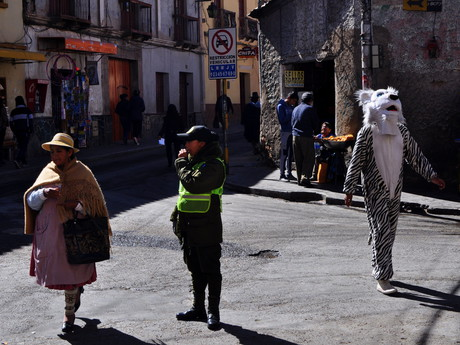 v kostýmu bílého tygra zastavuje dopravu