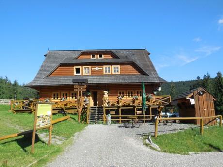 Vasiľovská hoľa, pohľad na kolibu v areály rekreačného strediska