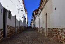 dlážděná ulička v Sucre