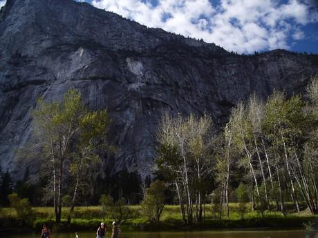 Yosemitské údolí obklopují skalní masivy