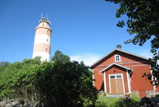 maják s dřevěnou budovou, která patří k muzeu