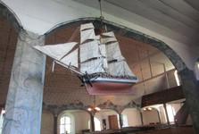 kostel v Uusikaupunki – vyřezávané lodě