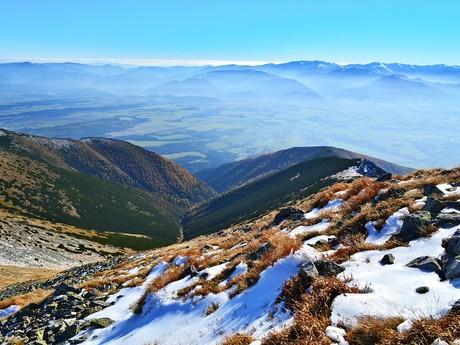 výhled na kotlinu a Nízké Tatry v pozadí