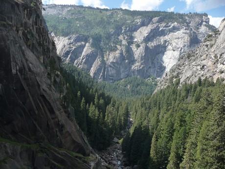массивные скалы в национальном парке Йосемити