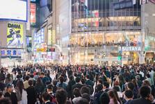 přeplněné ulice a svítící billboardy