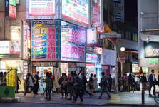 preplnené ulice a svietiace billboardy