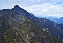 vľavo Kolový štít,  vzadu vpravo panoráma Vysokých Tatier
