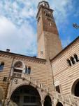 Palazzo della Ragione с башней Torre dei Lamberti на восточной стороне Piazza delle Erbe
