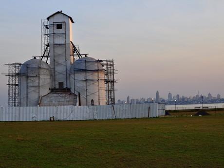 """""""Antiqua silo"""" na promenádě a za ním město Posadas"""
