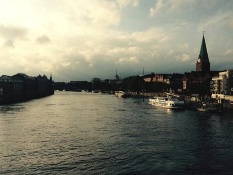 pohled z mostu na nábřeží řeky Vezery