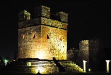 ruiny Trinidad – osvětlená kamenná věž (zvonice)
