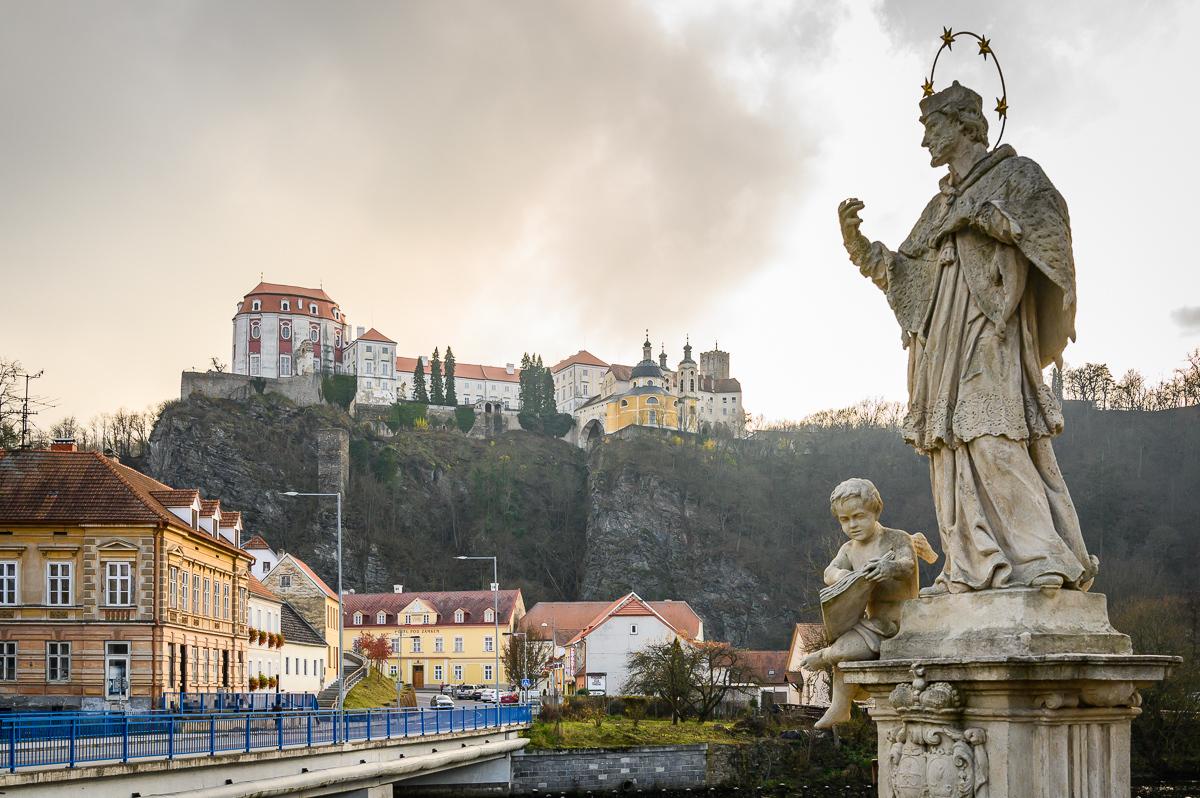 socha sv. Jana Nepomuckého a zámek