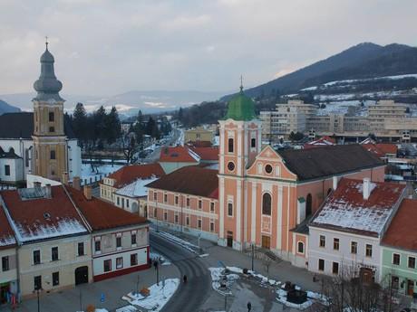 kostel sv. Anny (v popředí) a biskupská katedrála Nanebevzetí Panny Marie (v pozadí)