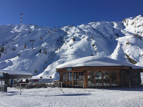 бар и горнолыжные трассы возле первой станции  – Langwied