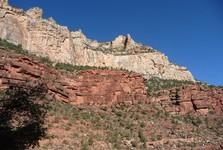 ve stěnách jsou patrné vrstvy hornin