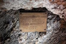 Zbrašovské aragonitové jaskyne - pamätná tabuľa