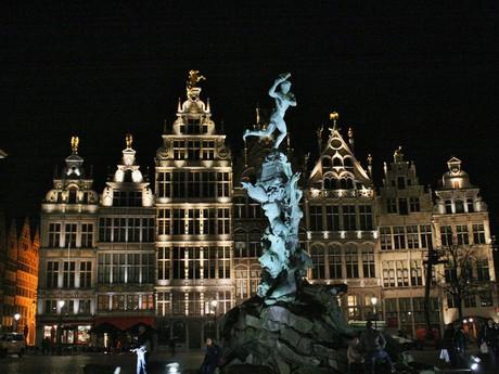 Antverpy - námestie v noci