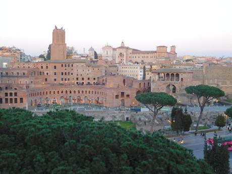 вид на Траянский рынок от Мемориала Виктора Эммануила II