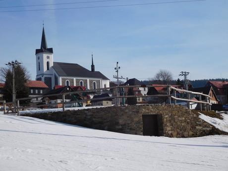 pohled z areálu U Čápa na příchovický kostel sv. Víta