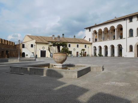 площадь Santa Maria, дворец и зал Ruspoli