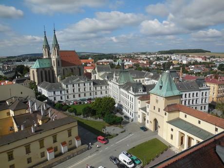 pohled z věže (Mlýnská brána, Arcibiskupské gymnázium, kostel sv. Mořice)