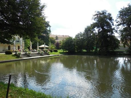 Podzámecká zahrada se zámkem v pozadí