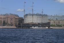 путь через реку Нева в направлении к Петропавловской крепости