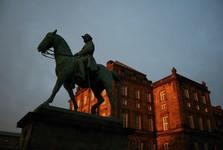 конный памятник возле замка