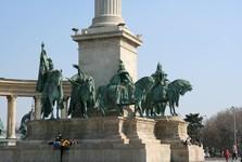 Памятник на площади Героев