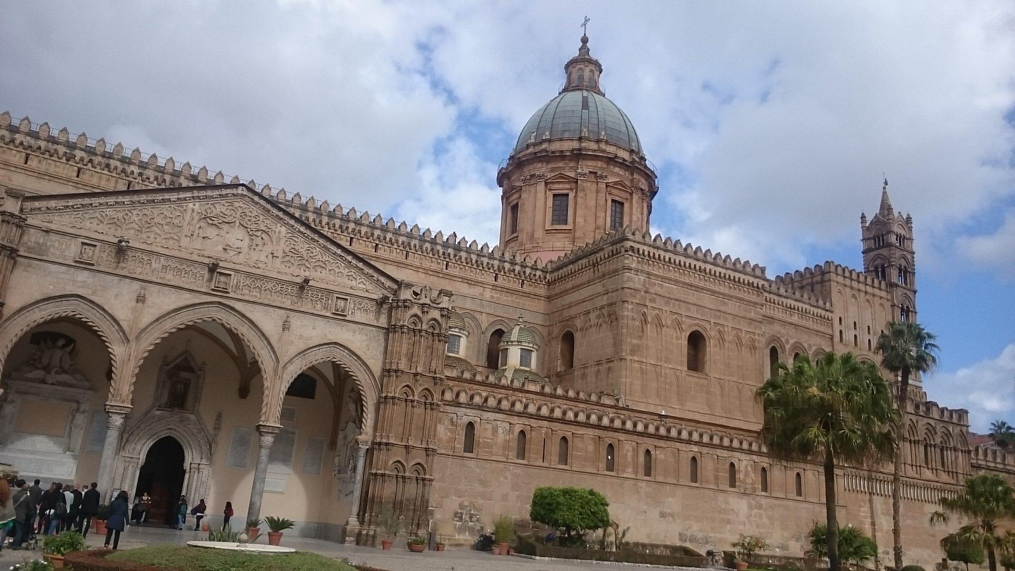 katedrála s bohato zdobenou fasádou