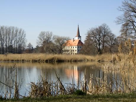 Chropyňský zámek přes rybník