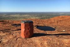 ukazatel na vrcholu Uluru