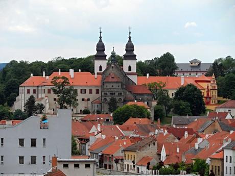 базилика и замок через домики еврейского квартала
