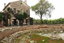 archeologické naleziště před bazilikou