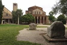 Atiilův mramorový trůn (vpravo)