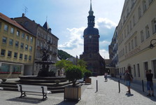 Marktplatz – Sendigova kašna a kostel sv. Jana