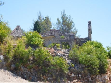 остатки войны в окрестностях водопадов Кравица