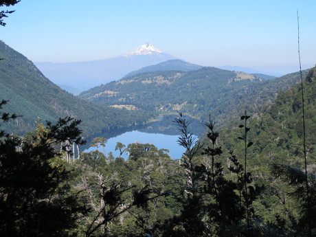 Výhľad na jazero Lago Tinquilco a na vulkán Villarica