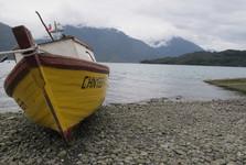 Hornopirén a loďka místních obyvatel