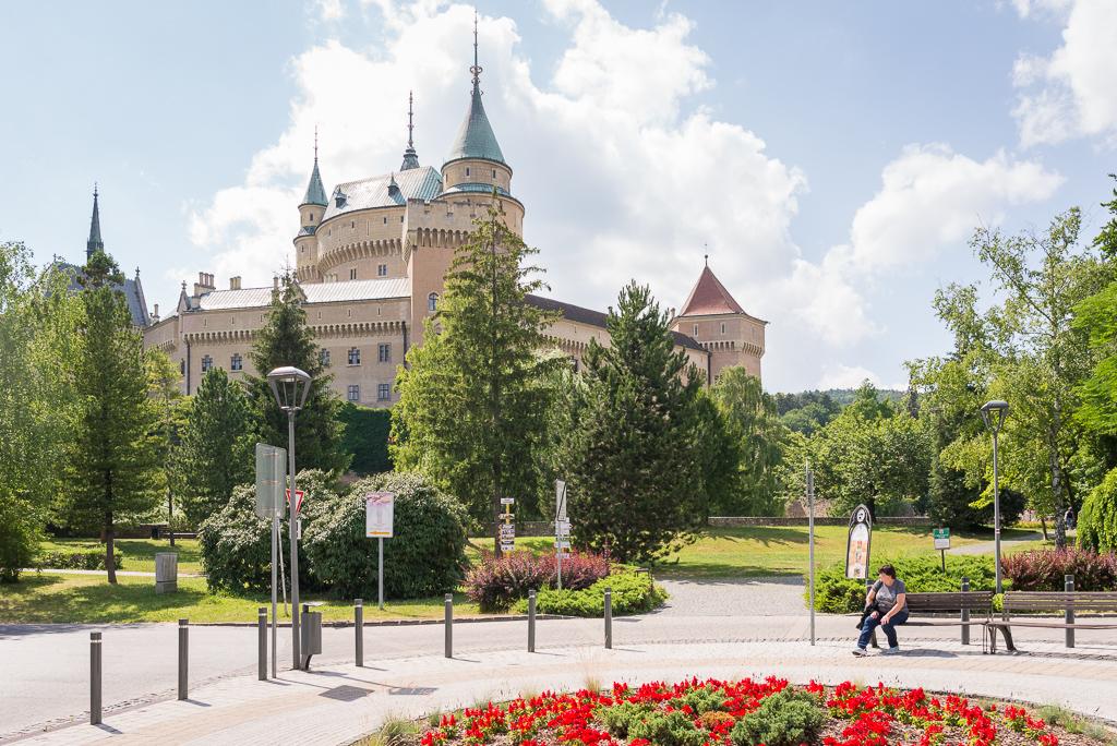 pohled z náměstí na zámek