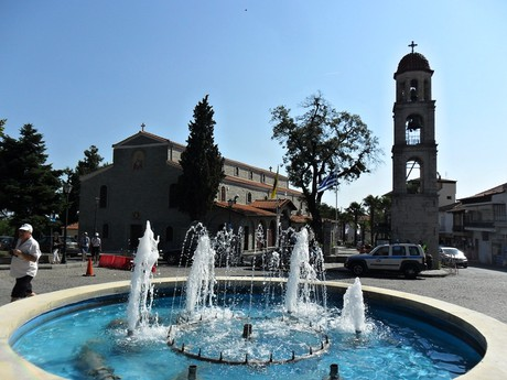 Litochoro - kostol Agios Nikolaos s fontánou
