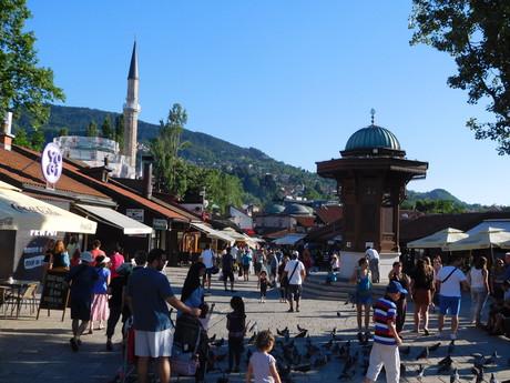 Центр Башчаршие - фонтан Себиль, на заднем плане Башчаршийская мечеть