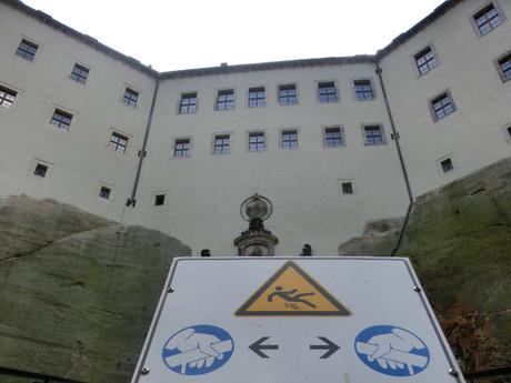 komplex je obehnaný hradbami