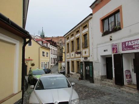 ulice V Brance, v pozadí věže kostela sv. Jakuba